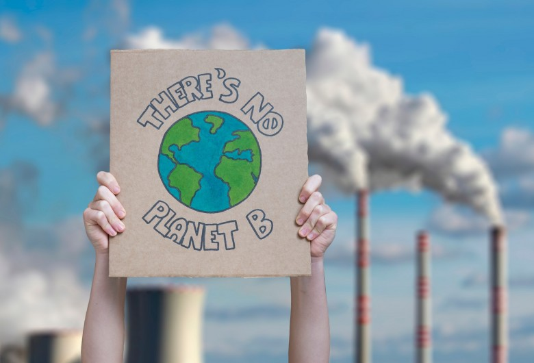 "Klimaatbetoger met bord ""There's no planet B"""